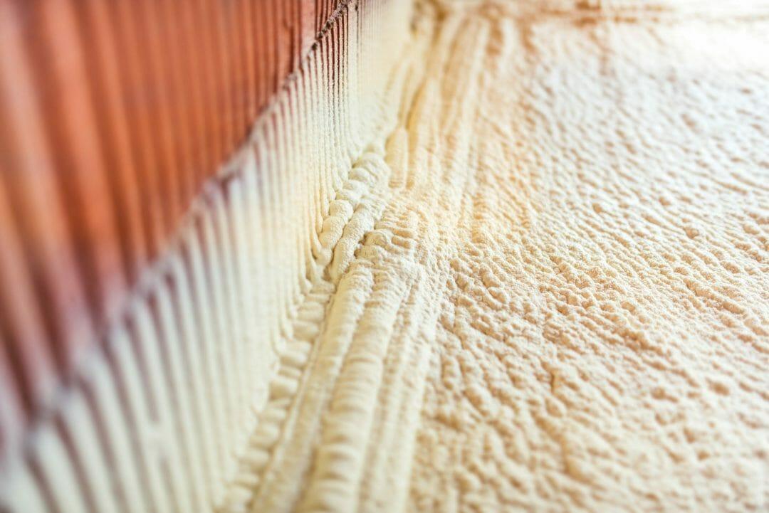 Isolation mousse polyuréthane sous plancher vs