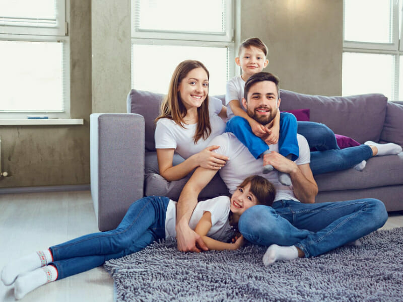 Une famille heureuse d'avoir fait appel à une société de mousse projetée car elle a amélioré son confort