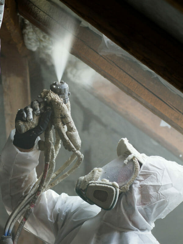 isolation d'un rampant de toiture par projection de mousse polyuréthane